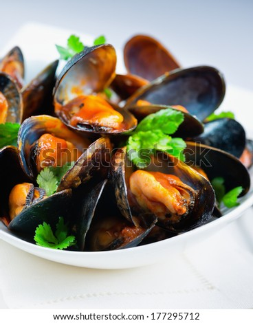 Steamed mussels with herbs and marinara sauce