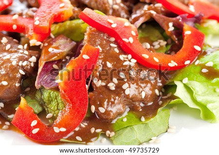 Stewed meat with pepper, lettuce and sesame seeds