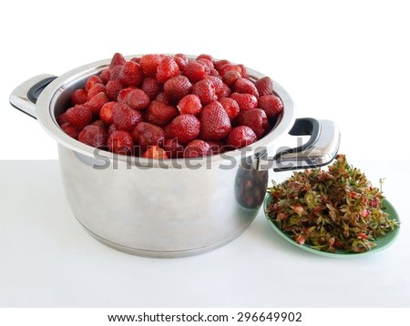 strawberry before cooking jam preserve