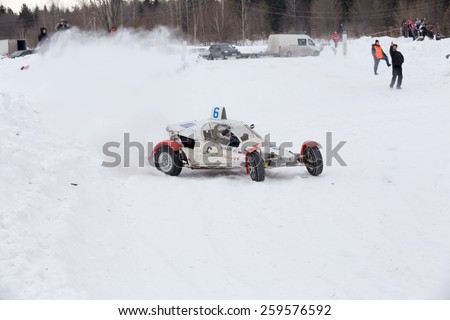 Stryapunyata village, Krasnokamsky district, Perm Region - February 28, 2015. First Cup Krasnokamsky area autocross. White buggy on the snow on the sports track