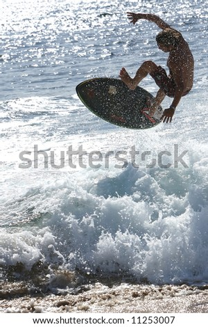 Surfer sideways above a wave in the ocean