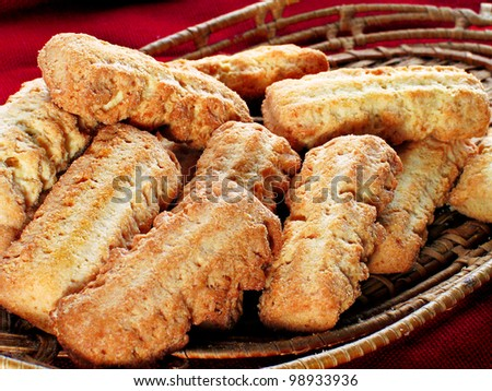 Sweet biscuit in a wicker plate
