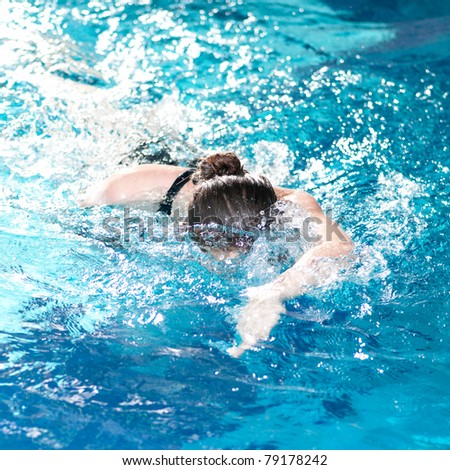 Swimmer diving performing the crawl stroke