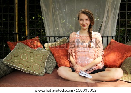 Teen sit in a couch and read a book