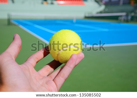 tennis player serve a tennis ball