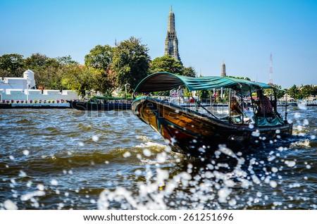 Thai boat, Wat Arun, Bangkok, Thailandia - stock photo