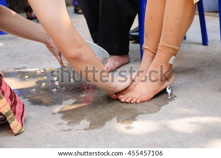 Thai tradition that a son has to wash his parent's feet before Buddhist initiation ceremony