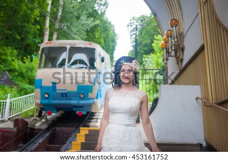 The bride expects the funicular carriage on a platform