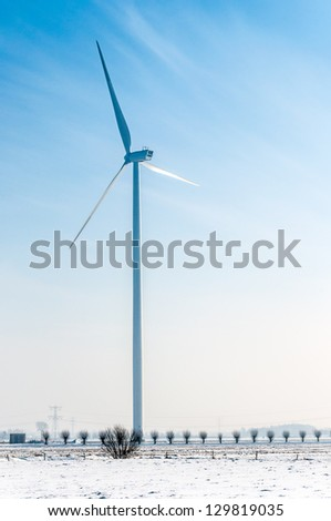 The difference between the height of the wind turbine with a tower of 105 meters and blades of 45 meters on the one hand and the willows on the other hand is remarkably high.
