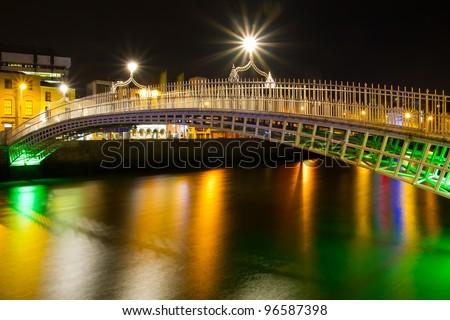 The ha'penny bridge in Dublin at night, Ireland - stock photo