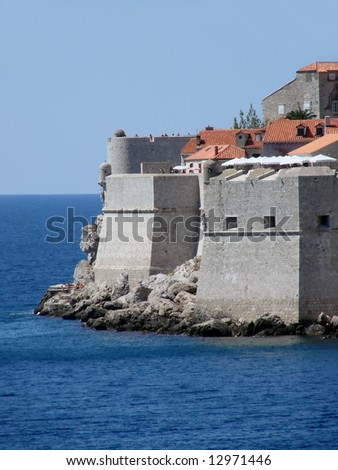 The monumental walls that encircle Dubrovnik, punctuated by towers and overlooking the sea, are undoubtedly the city's most famous feature.