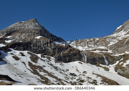 There are many waterfalls, streams and snow fields thawing on the spring slopes in the mountain cirque of Troumouse. This is a huge theater of cliffs and peaks surrounding the round ground.