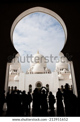 Tourists (silhouettes) taking photographs of the Sheikh Zayed Grand Mosque, Abu Dhabi, UAE
