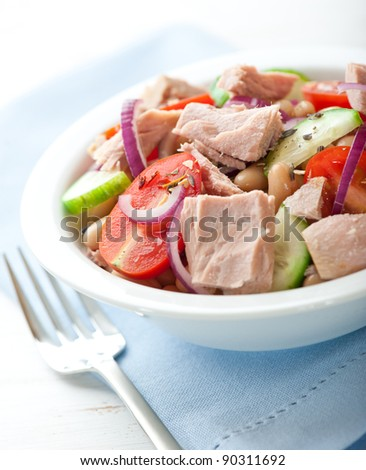 Tuna salad with cherry tomato, cucumber and white beans