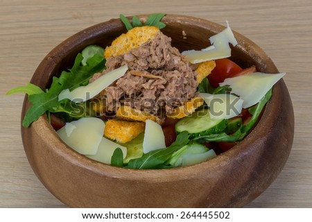 Tuna salad with parmesan, ruccola and croutons