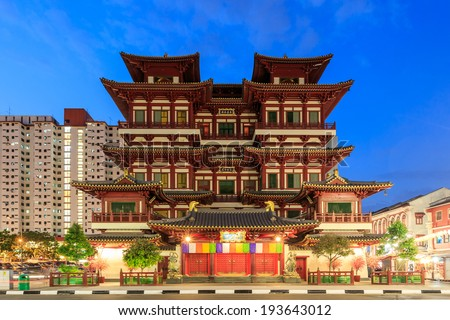 Twilight scen, The Buddha's Relic Tooth Temple in Singapore Chinatown - stock photo