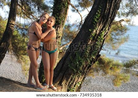 teenage-girls-bathing