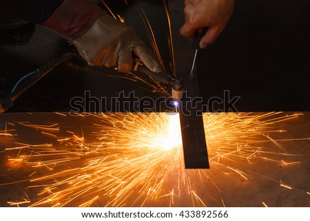 Unsafe work - Using plasma cutting machine without safety protect.
