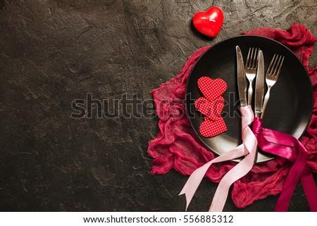 lập bảng Ngày Valentine.  Bảng thiết lập với tấm, dao và nĩa trên nền đen.  Top điểm và không gian sao chép.  Tình yêu khái niệm.
