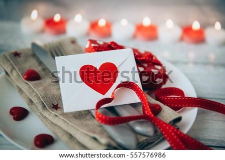 Valentine sắp xếp bàn ăn trong ngày