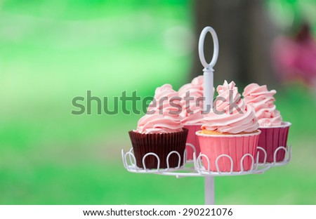 vanilla cup cake in the public garden and attend to focus the cup which in front of three remains