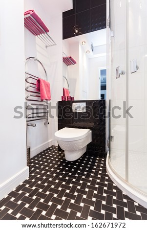 Vibrant cottage - Black and white bathroom with toilet