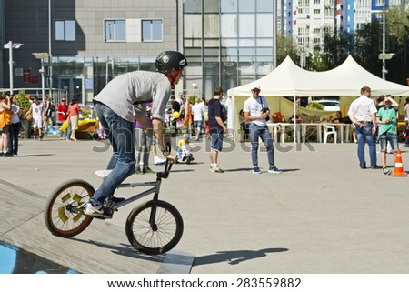 VOLGOGRAD - MAY 24: BMX cyclists preparing for competitions. The fifth annual competition for the Cup of Europe city Mall. May 24, 2015 in Volgograd, Russia.