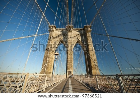 Walkway on the Brooklyn Bridge with blue sky, New York City, USA, Gehweg auf der Brooklyn Brücke mit blauem Himmel - stock photo
