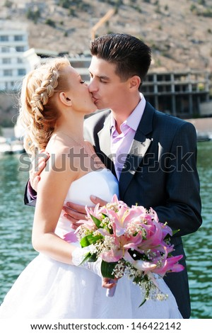 Wedding couple Happy bride and groom embracing near sea loving newlywed couple together. beautiful couple in love woman in wedding dress and man in bridal marriage day at ocean. newlywed outdoors