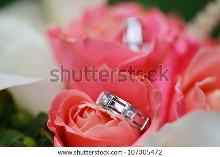 Wedding rings on the flowers