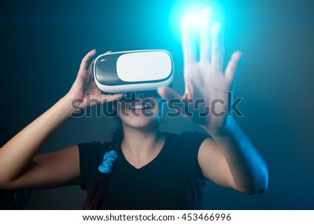 Woman wear with the VR device