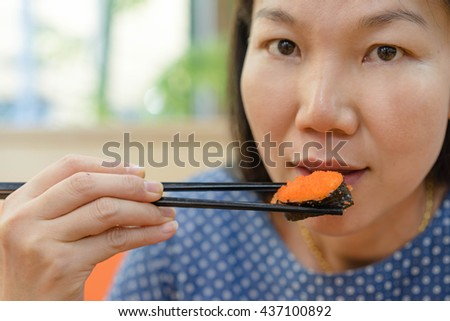 women eating shushi for japanese food