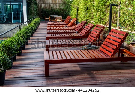 Pool Beds wooden chairs near pool swimming foto, immagini royalty-free e