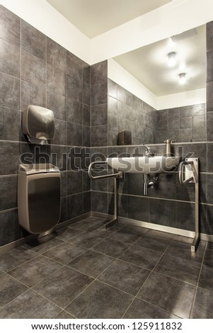 Woodland Hotel   Grey Bathroom For Disabled Person