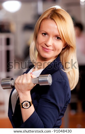 yound business women lifting weights