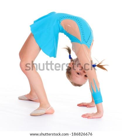 Девушка делает гимнастику голая