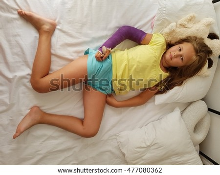young girl with broken hand