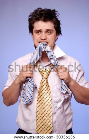 young men can't choice a tie, photo 2
