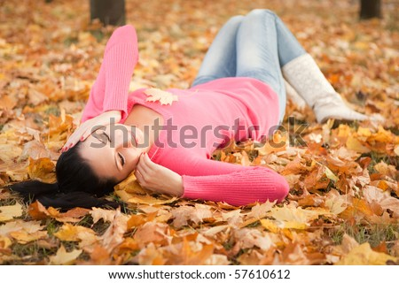 Young pretty woman rest in the autumn park