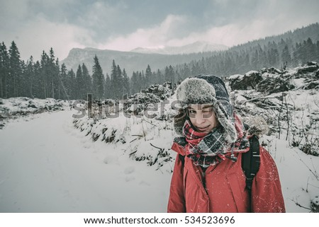 Young traveler woman twinkle outdoor, winter concept, outdoor portrait