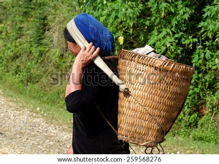 YTY- VIETNAM - September 6, 2014 - The woman did not identify Hanhi on their farms. Hanhi black, one of the ethnic minorities living in Vietnam. - stock photo
